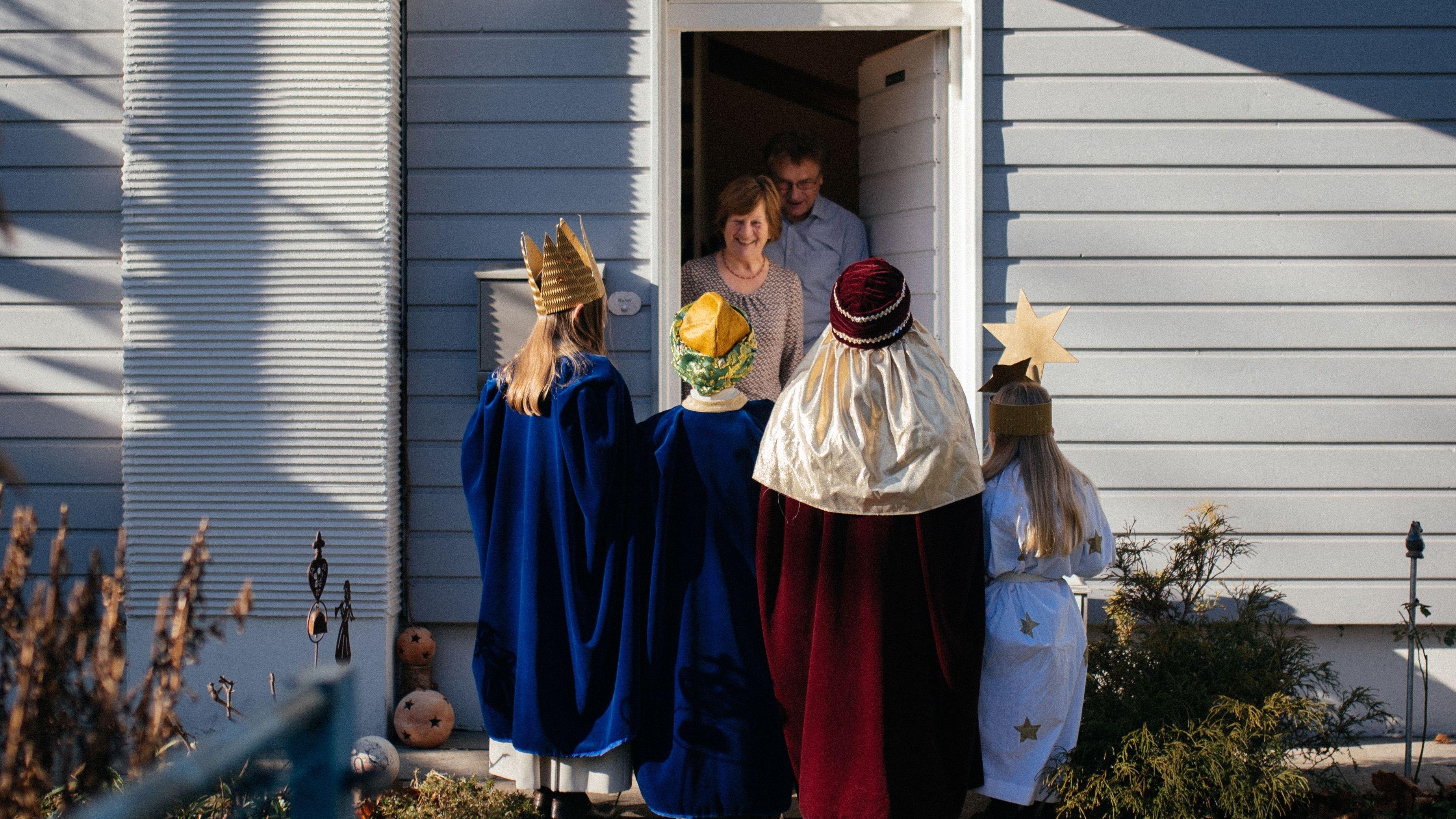 Sternsinger an einer Haustür (Symbolbild)