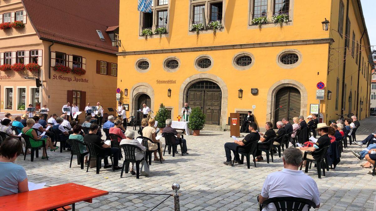 Beim Gottesdienst im Zentrum von Dinkelsbühl sitzen die Besucher im erforderlichen Abstand.
