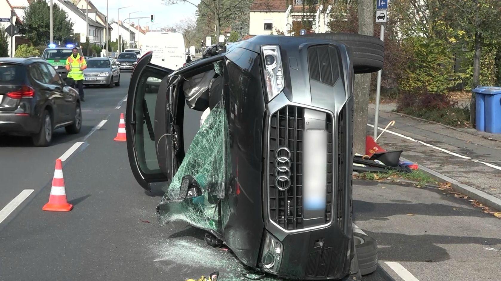 Am Montagvormittag ist ein 79-Jähriger in Nürnberg von der Straße abgekommen. Dabei touchierte er mit seinem Wagen zwei parkende Autos, drehte sich und landete auf der Seite.
