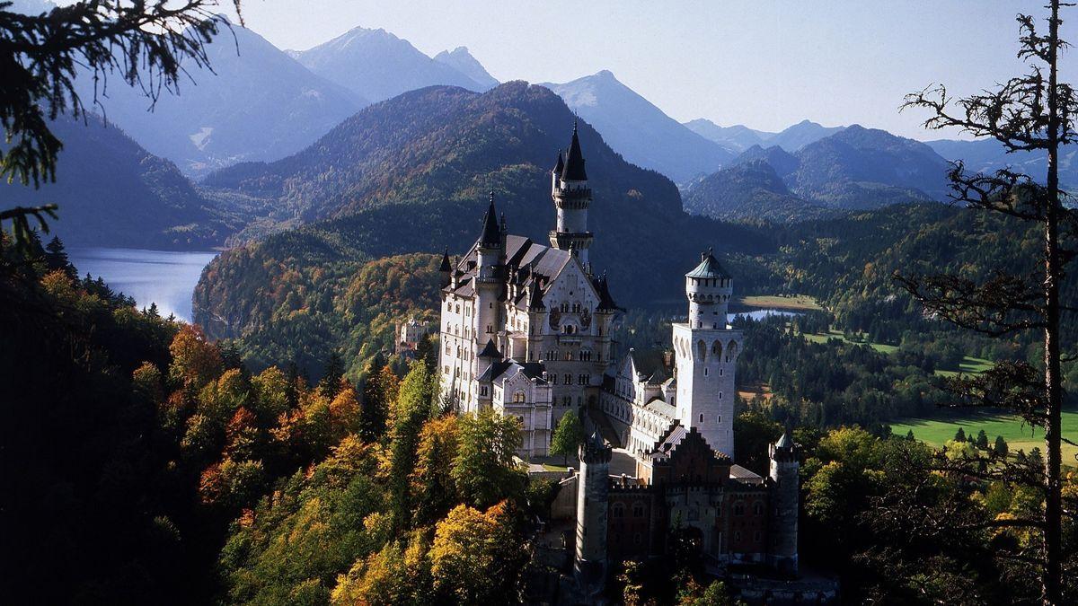 Das Schloss Neuschwanstein vor malerischer Bergkulisse.