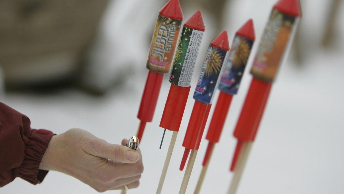 Ein Mensch zündet Silvester-Feuerwerk (Symbolbild)