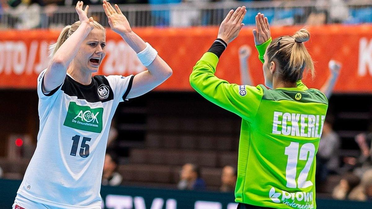 Kim Naidzinavicius (l) jubelt mit Torhüterin Dinah Eckerle