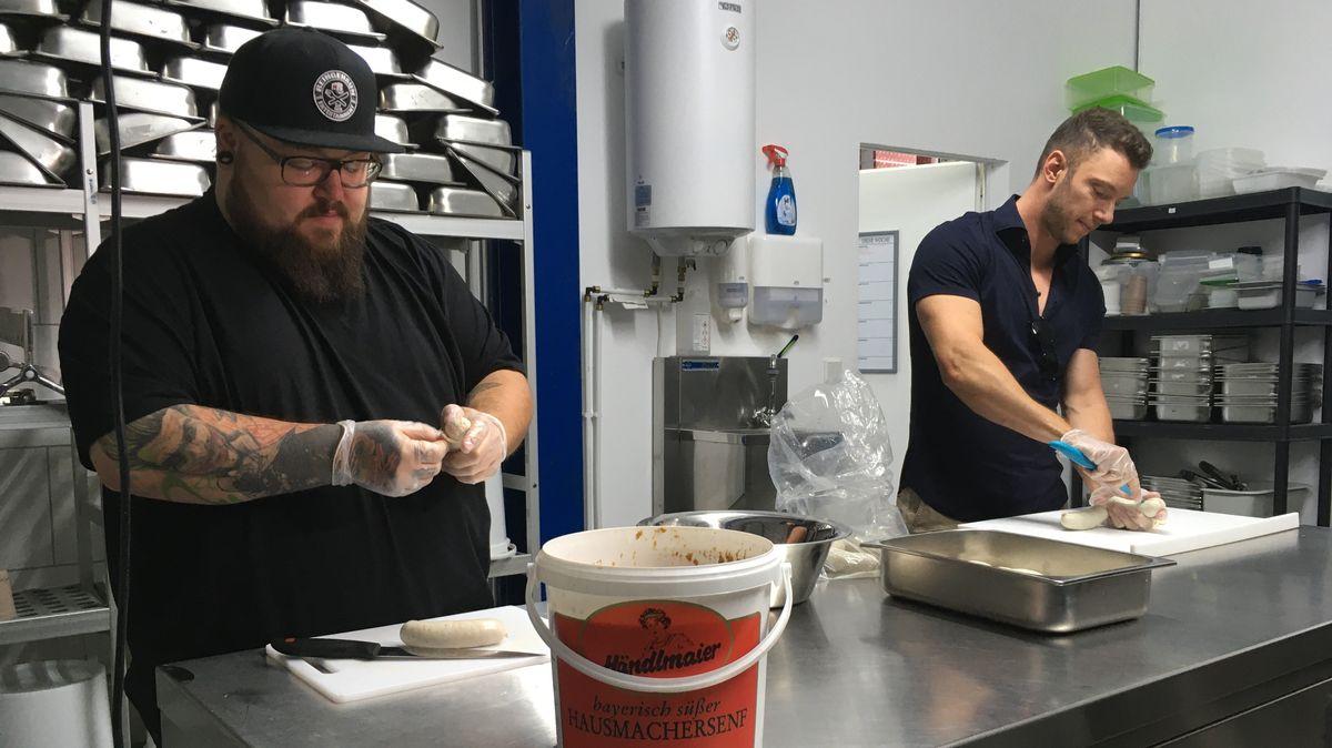 Food-Influencer Phil Klausen und Fabio Güttinger bei der Herstellung des Weißwurst-Eises