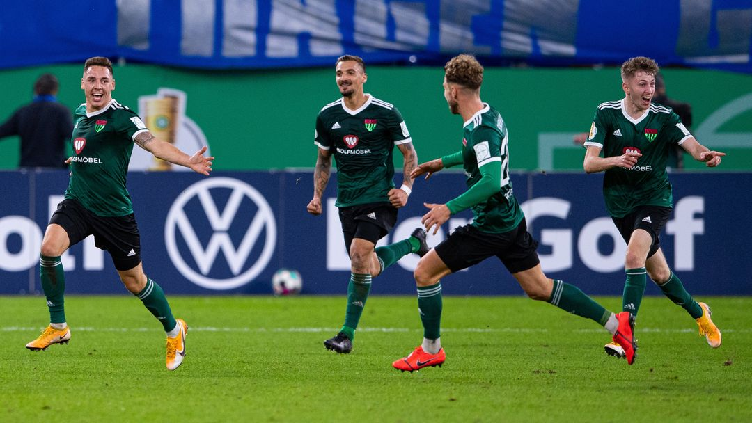FC Schweinfurt 05 beim DFB-Pokalspiel gegen FC Schalke 04