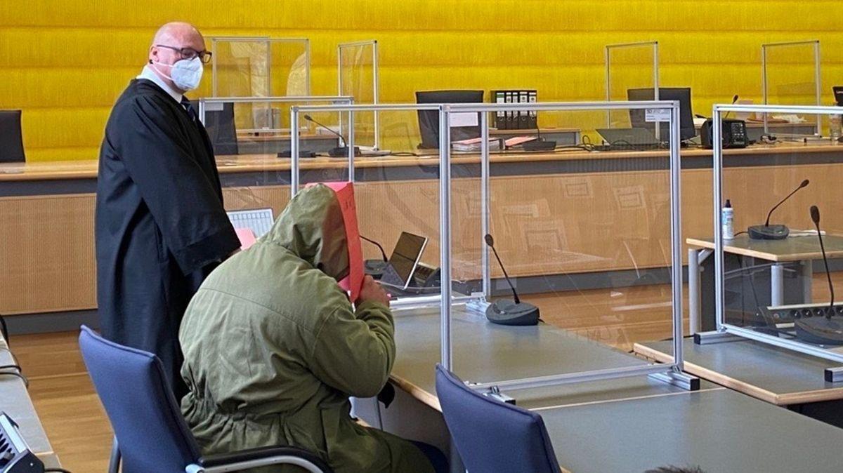 Im Prozess wegen zweifachen Mordes am  Landgericht Regensburg fordert die Staatsanwaltschaft eine lebenslängliche Freiheitsstrafe