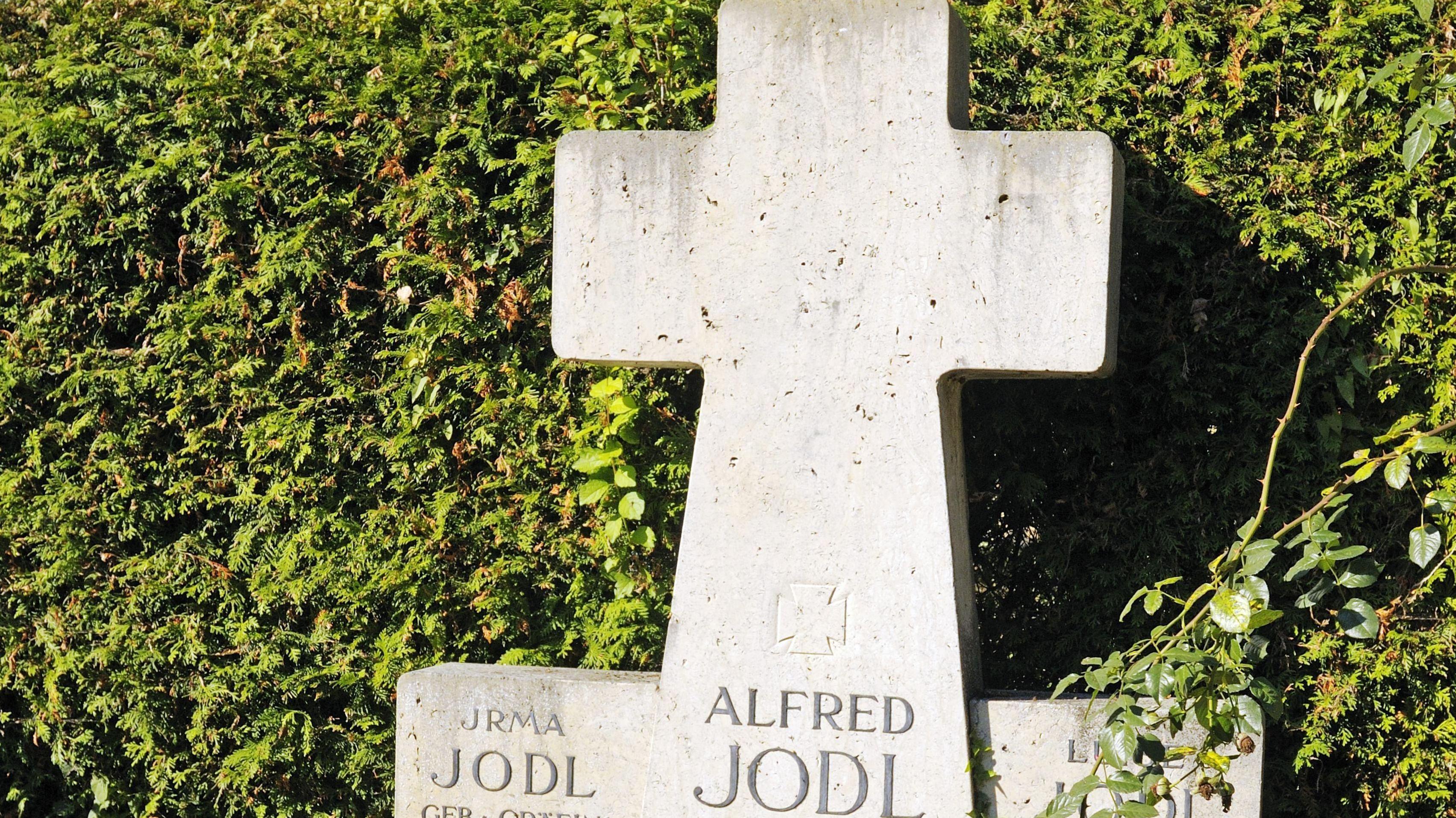 Das umstrittene Ehrenkreuz für den NS-Kriegsverbrecher Alfred Jodl auf der Fraueninsel könnte nun doch bald verschwinden.