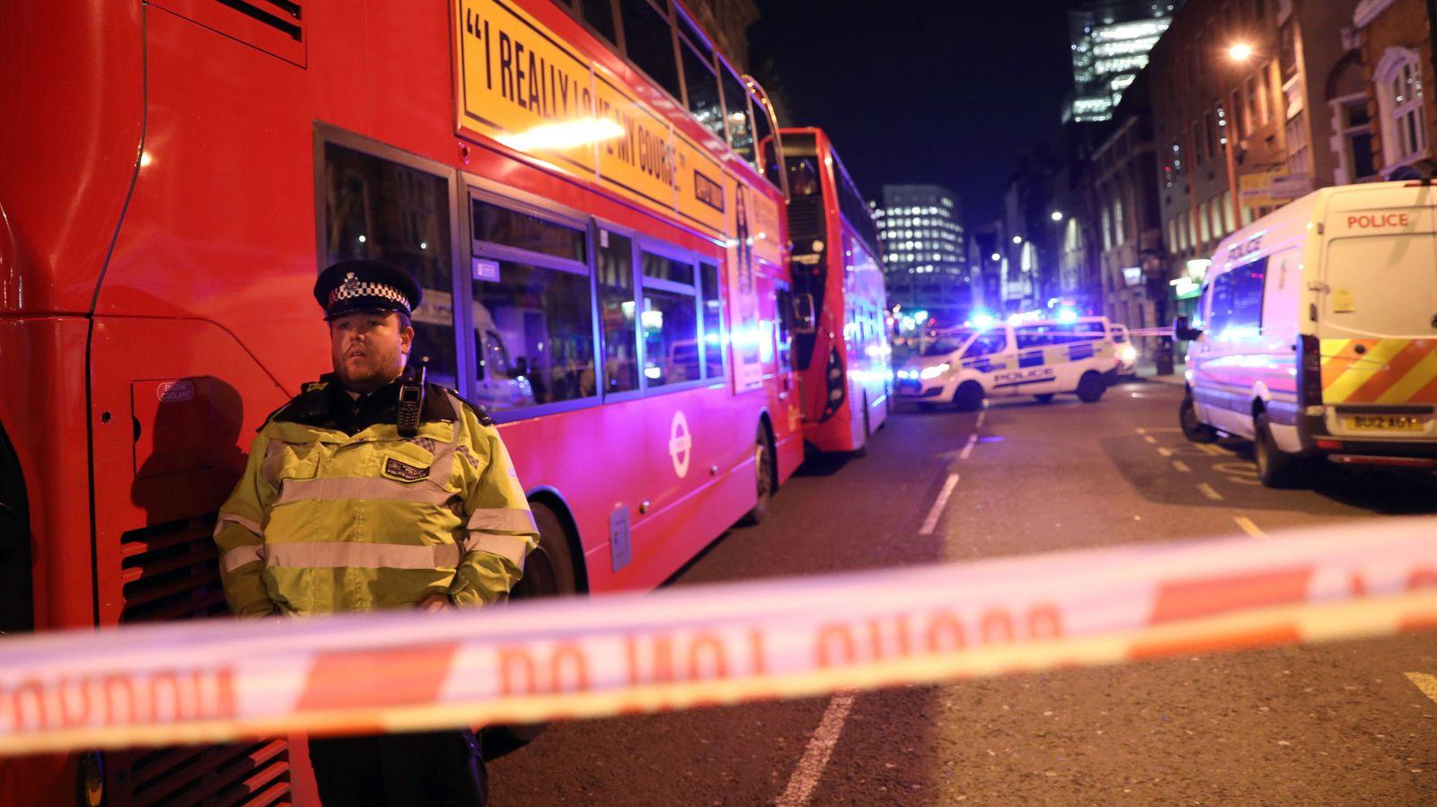 Polizeibeamte sperren den Tatort auf der Südseite der London Bridge nach einer Messerattacke, die sich auf der London Bridge ereignete.