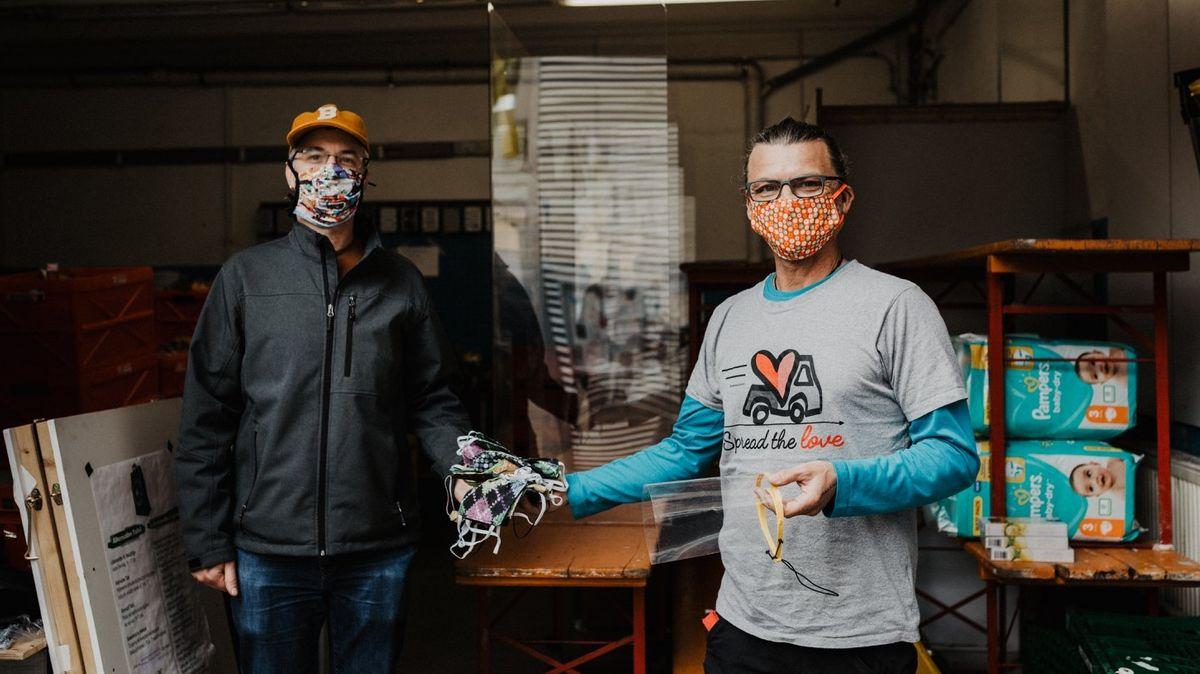 Frankenkonvoi-Gründer Tom Geisbüsch beim Verteilen von Mund-Nasen-Schutzmasken.