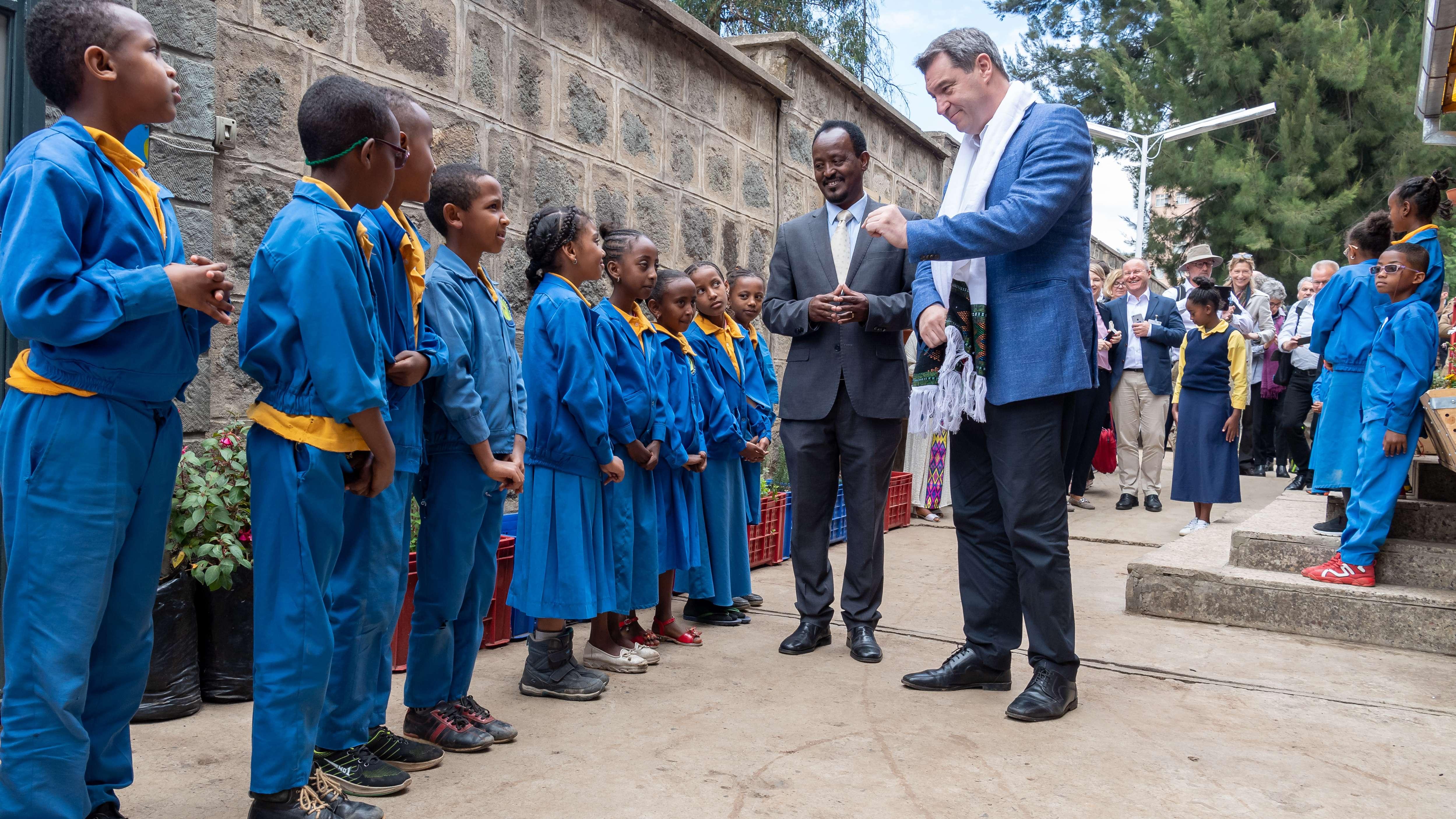 """Markus Söder (CSU), Ministerpräsident von Bayern, besucht am ersten Tag seiner ersten großen Auslandsreise in Äthiopien die """"German Church School"""""""