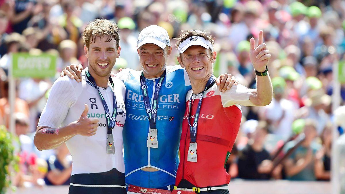 Der Sieger von 2019 Andreas Dreitz (Mitte), mit dem Zweitplatzierten Jesper Svensson (l.) und dem Dritten Vameron Wurf (re.)