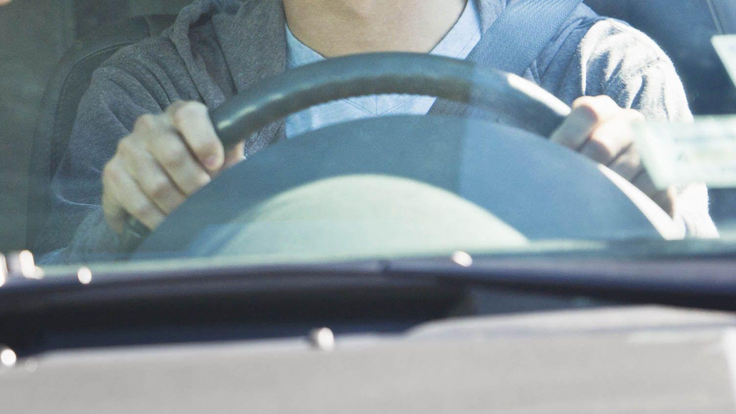 Ein Jugendlicher am Steuer eines Autos