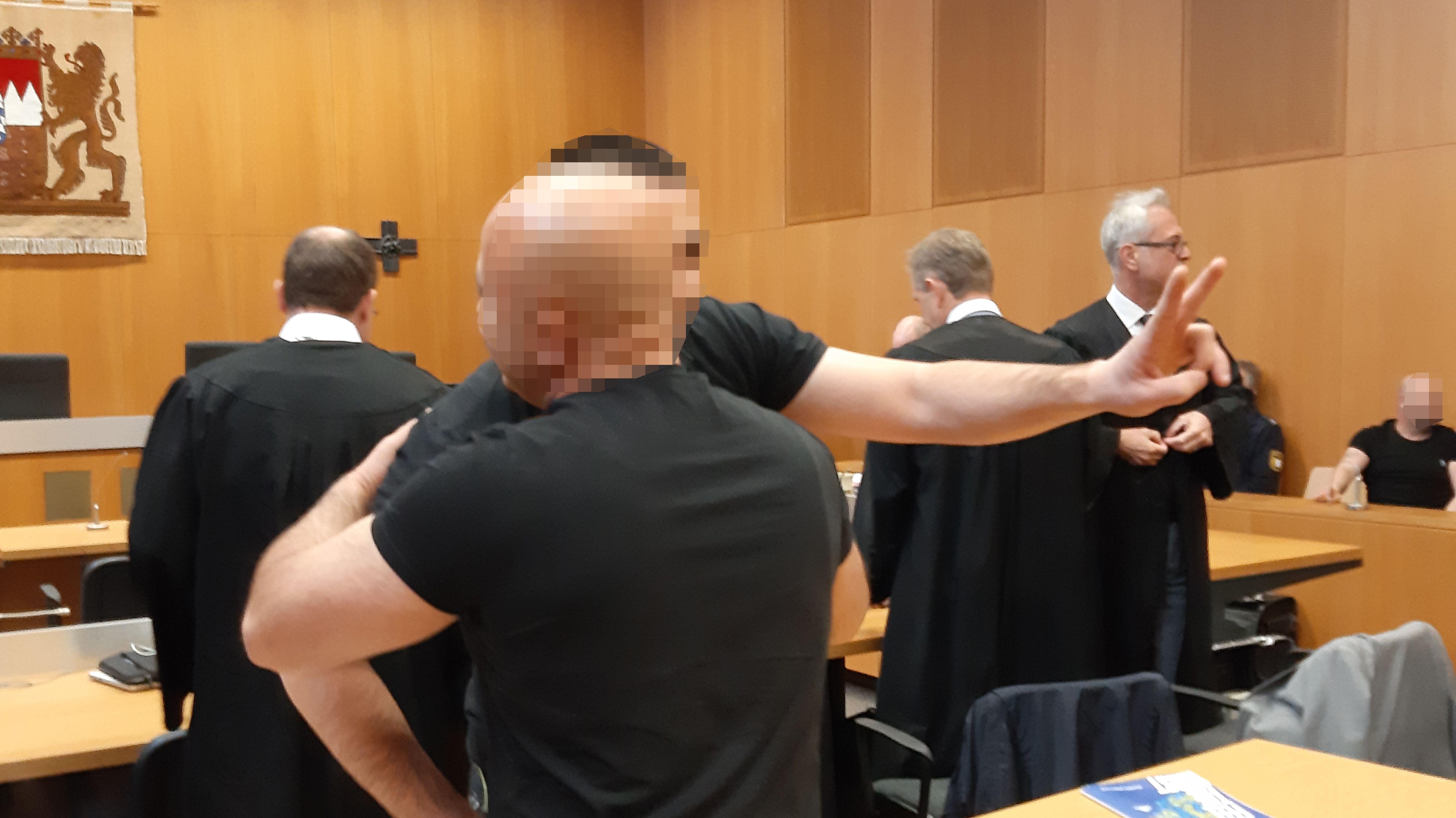 Zwei der Angeklagten umarmen sich im Gerichtssaal
