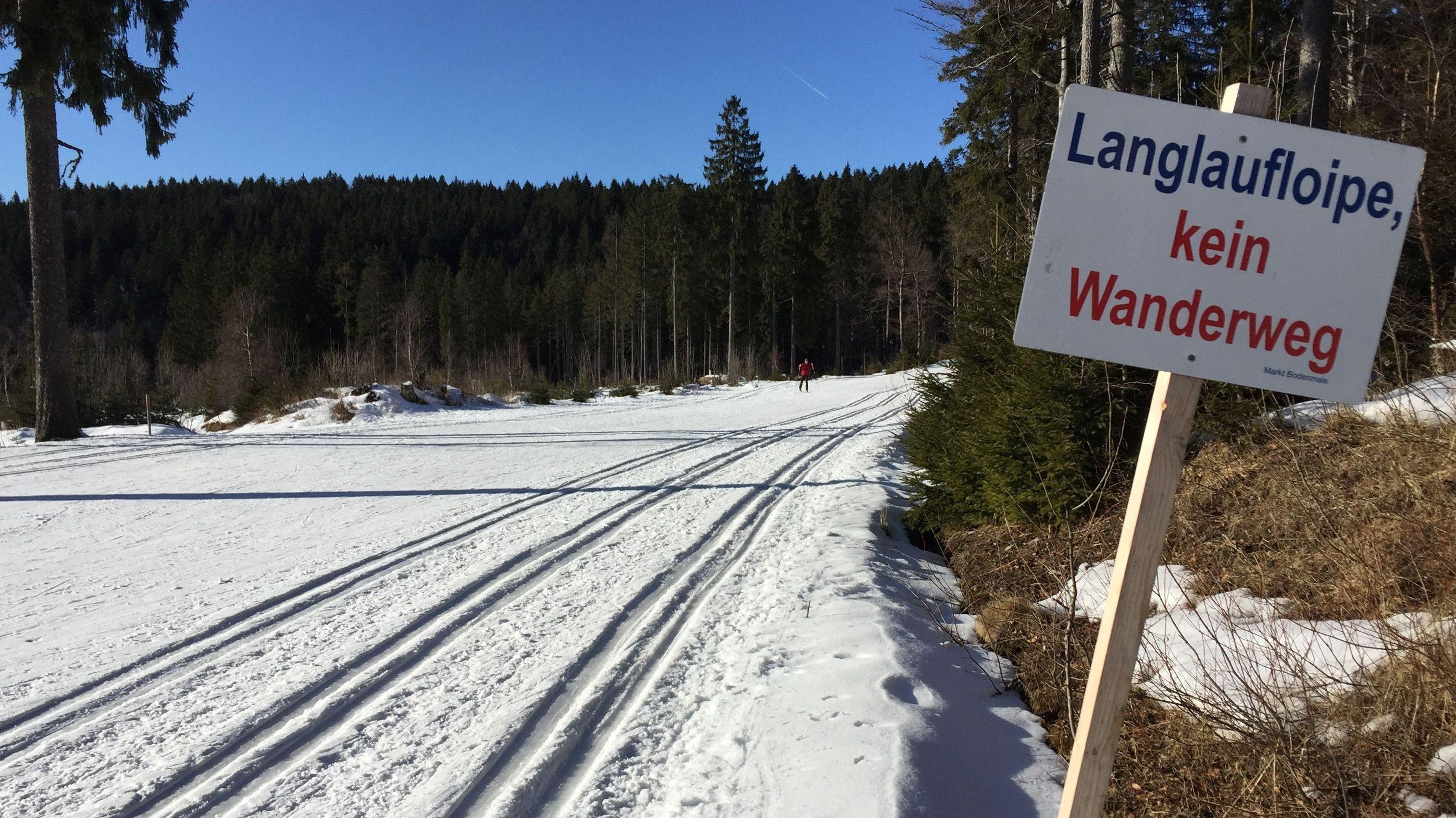 Am Bretterschachten im Bayerischen Wald liegen fünf bis 20 Zentimeter Schnee. Vor allem bei Sonnenschein sind die Verhältnisse gut.