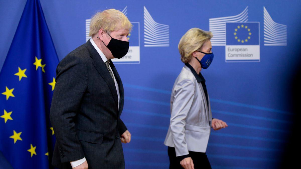 Boris Johnson und Ursula von der Leyen auf dem Weg zu einem Treffen in Brüssel Anfang Dezember.