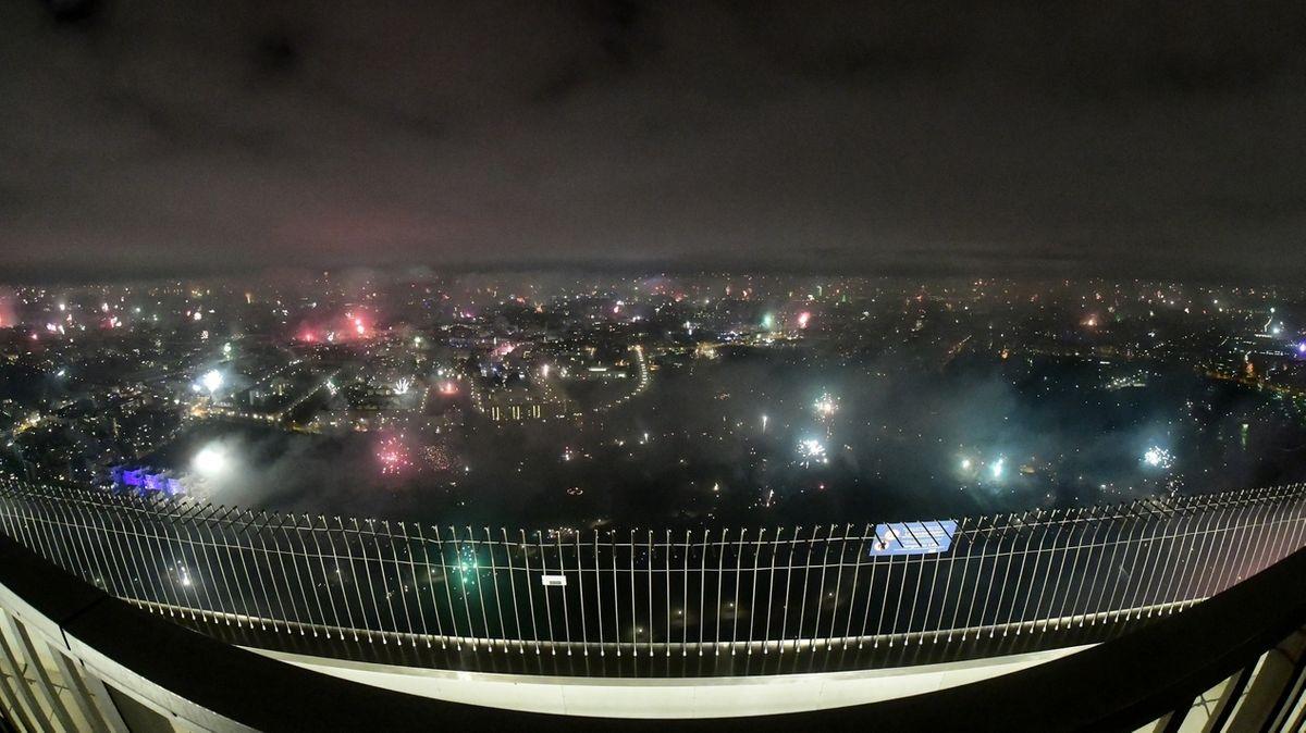 Blick aufs Feuerwerk vom Münchner Olympiaturm