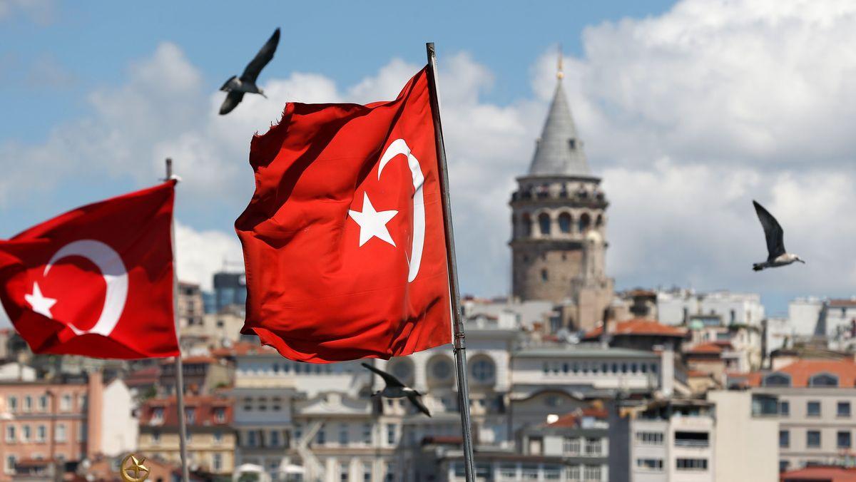 Türkische Flaggen wehen vor dem Stadtbild und dem Galataturm.