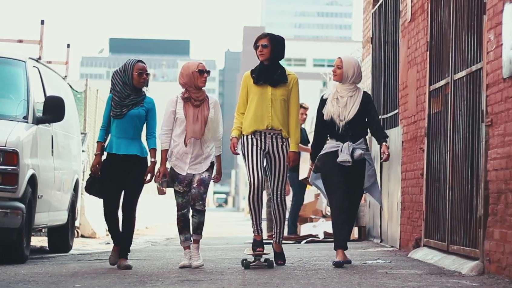 """Still aus dem Video """"Somewhere in America"""": Vier Frauen mit Kopftuch laufen eine Straße entlang."""