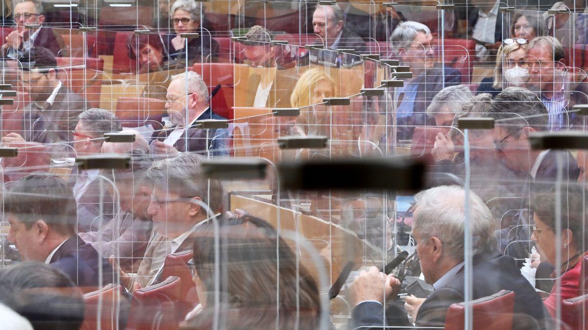 Ungewohntes Bild: Abgeordnete im Bayerischen Landtag während der Sitzung am 21.10.20 - wegen Corona durch Plexiglasscheiben voneinander getrennt