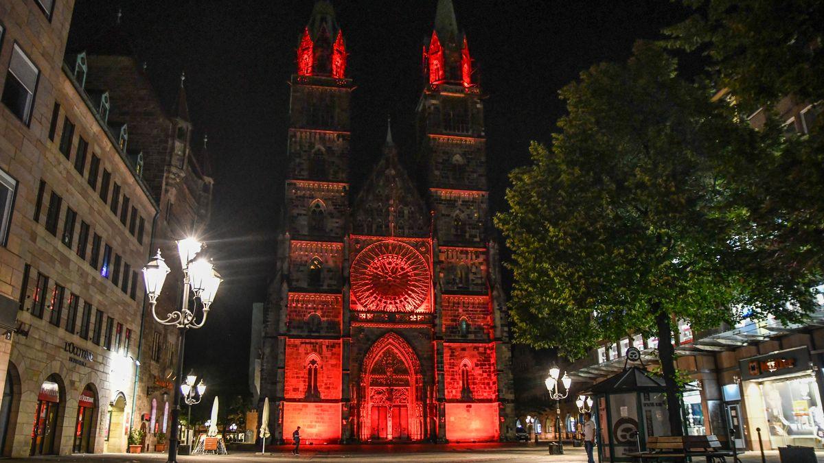 Um auf die prekäre Situation der Veranstaltungswirtschaft hinzuweisen, wurden auch in Mittelfranken Gebäude rot angestrahlt, zum Beispiel die Lorzenzkirche in Nürnberg.