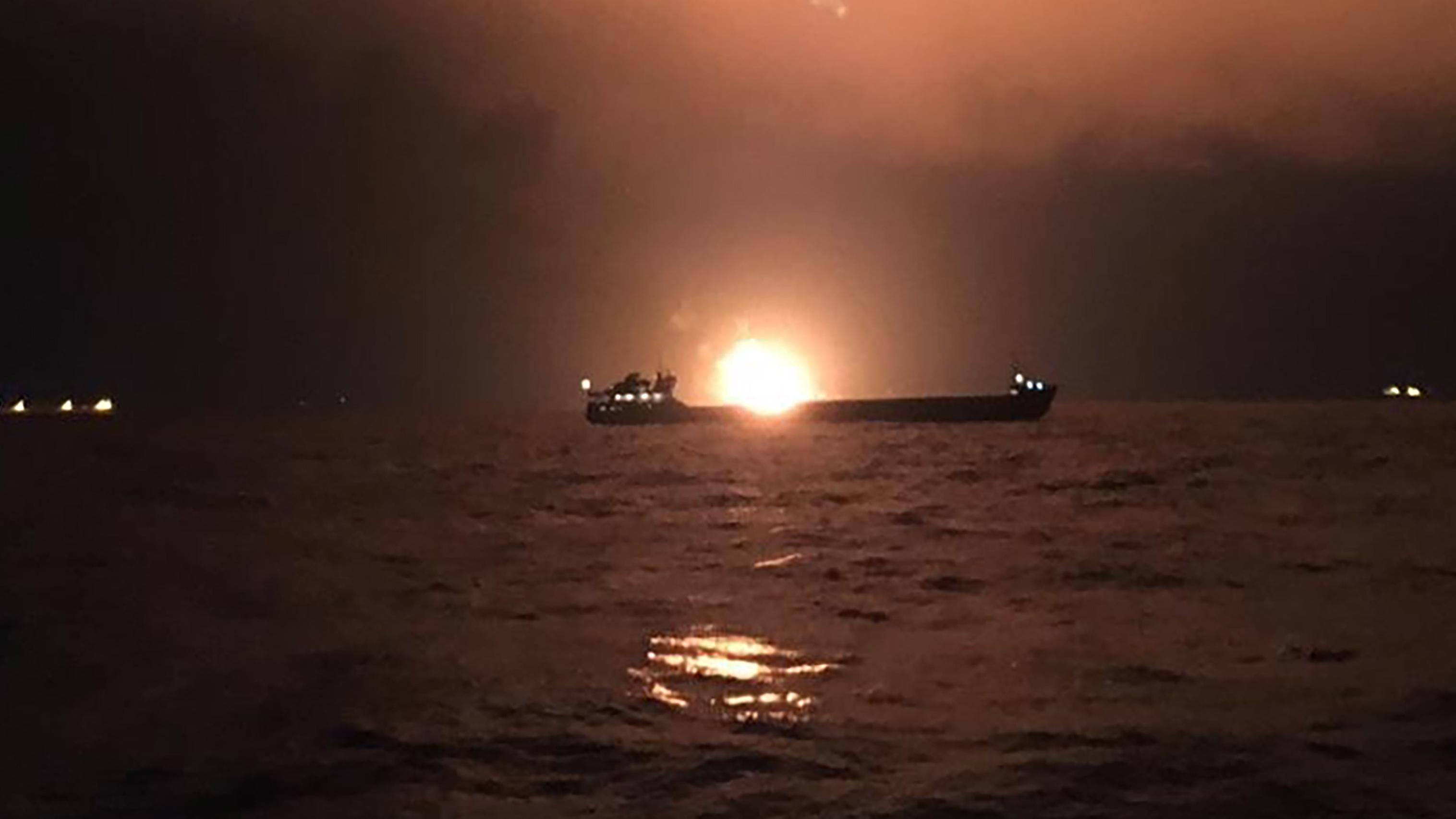 """Brennendes Schiff auf der """"Straße von Kerch"""""""