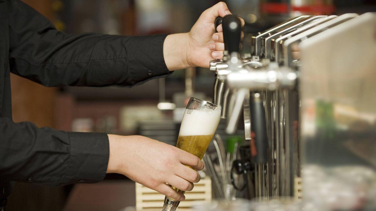 Ein Kellner zapft Bier in einem Lokal (Symbolbild)
