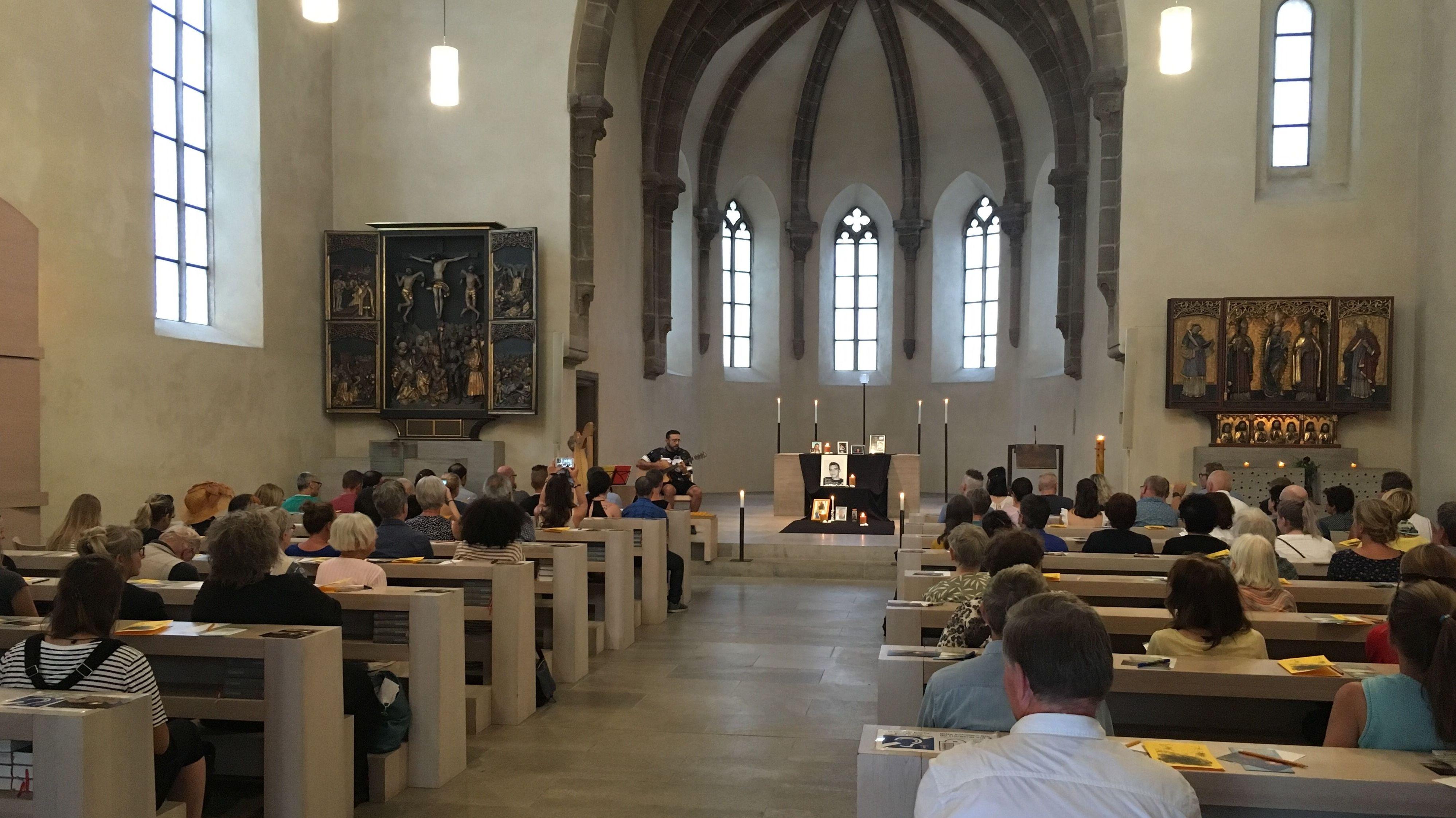 Angehörige gedenken der Drogenopfer in der Nürnberger Kirche St. Klara