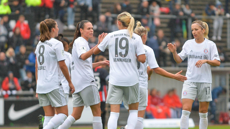 Torjubel bei den Frauen vom FC Bayern München nach dem Tor von Mandy Islacker zum 1:0.
