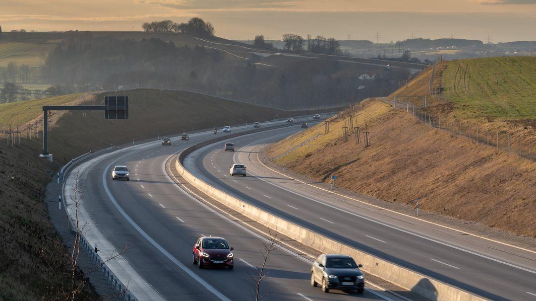 Autos und LKW fahren bei Dorfen über die Autobahn A94.