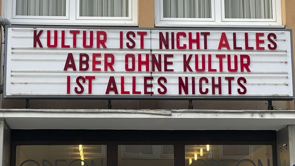 Kino-Schriftzug in Hof in der Stadt Hof auf dem steht, dass ohne Kultur alles nichts ist.