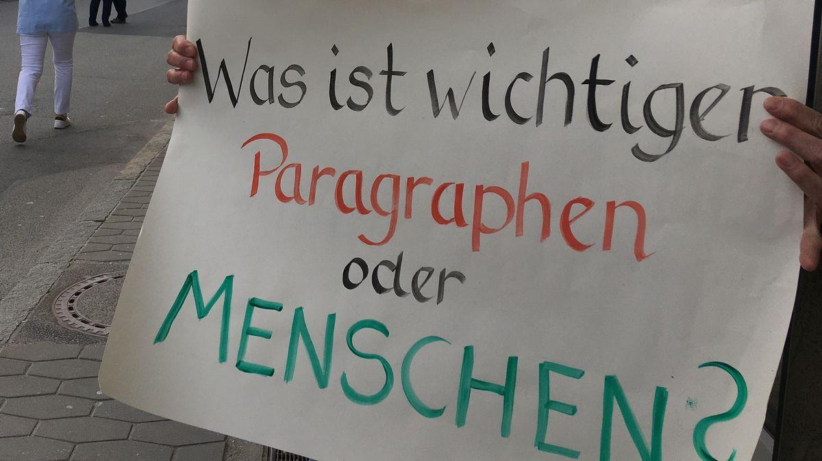 Die Demonstranten hatten Plakate dabei.
