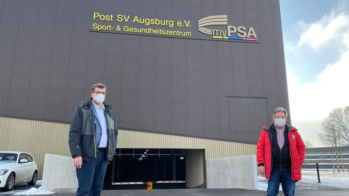 Bernd Zitzelsberger und Heinz Krötz vor dem Sport- und Gesundheitszentrum des Post SV Augsburg