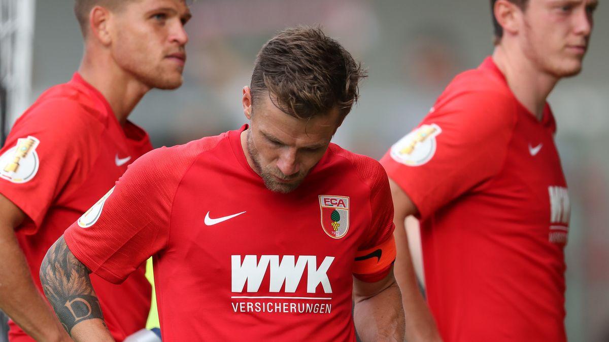 Enttäuschte Augsburg-Spieler um Daniel Baier (Mitte)