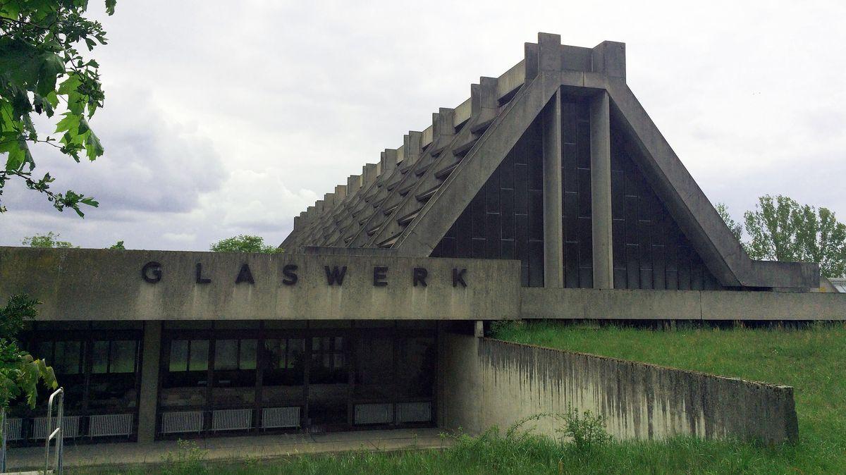 """Die """"Glaskathedrale"""" genannte Kristallglasfabrik Amberg GmbH ist eines von zwei Bauwerken des Bauhaus-Architekten Walter Gropius in Bayern"""