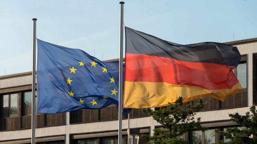 Die deutsche und europäische Flagge wehen in Bonn.   Bild:Picture Alliance