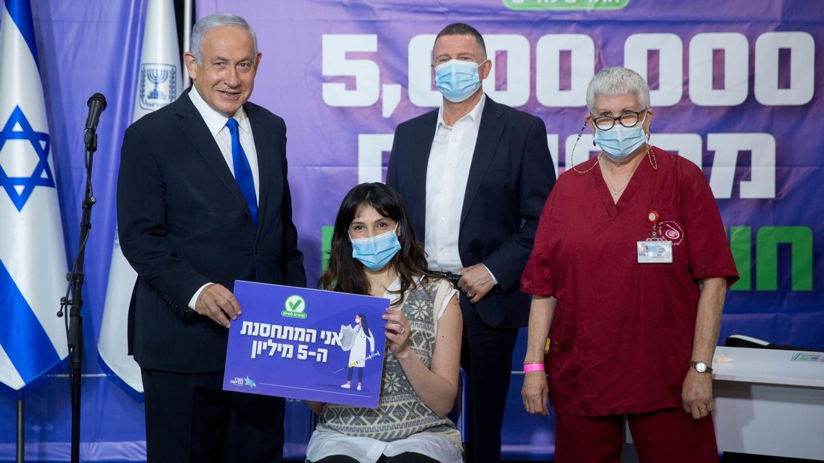 Benjamin Netanyahu (l), Premierminister von Israel, neben der fünfmillionsten Person (M), die den COVID-19-Impfstoff erhalten hat.