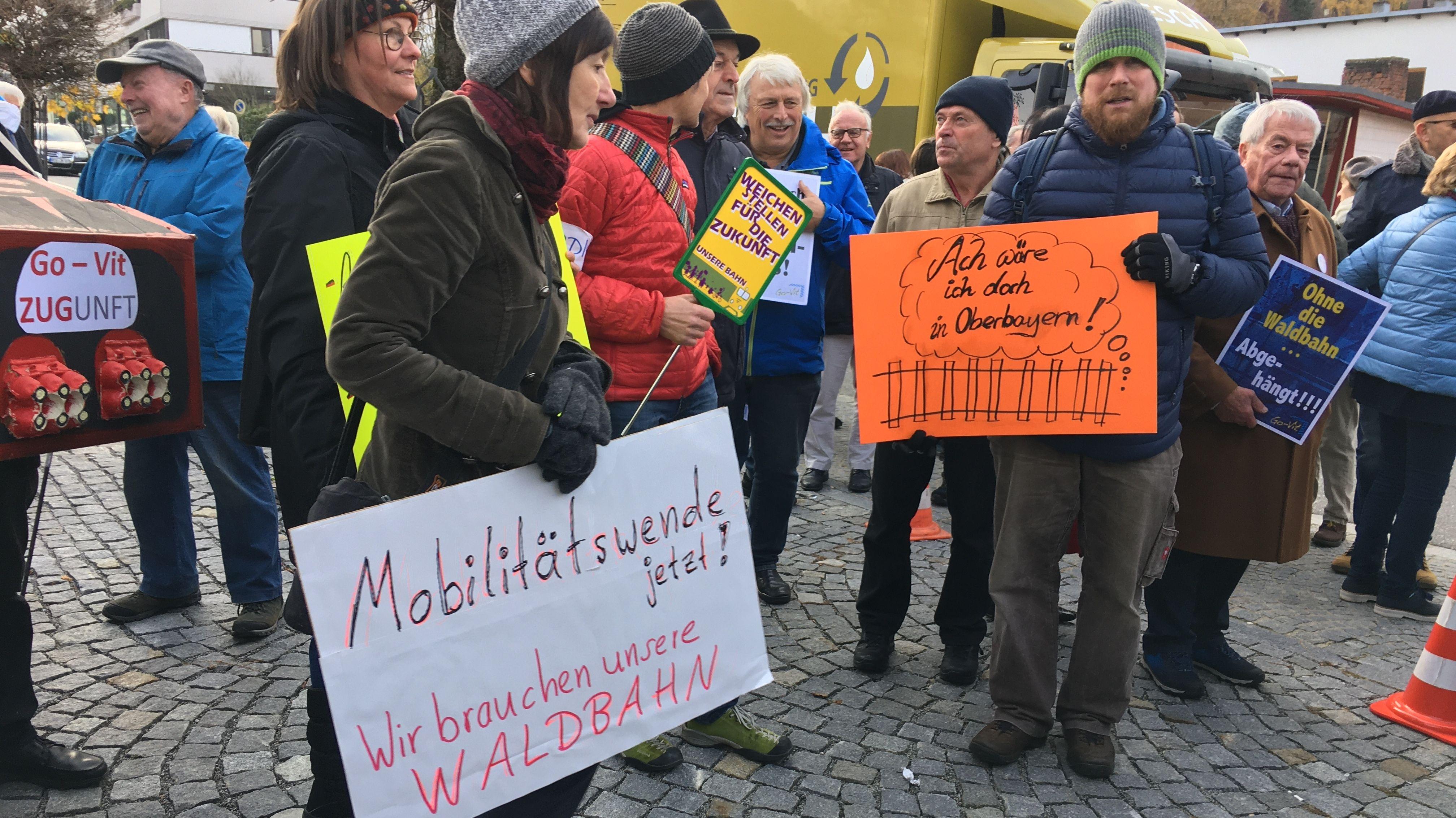 Die Bürger fordern den Erhalt der Waldbahn-Linie Gotteszell-Viechtach.