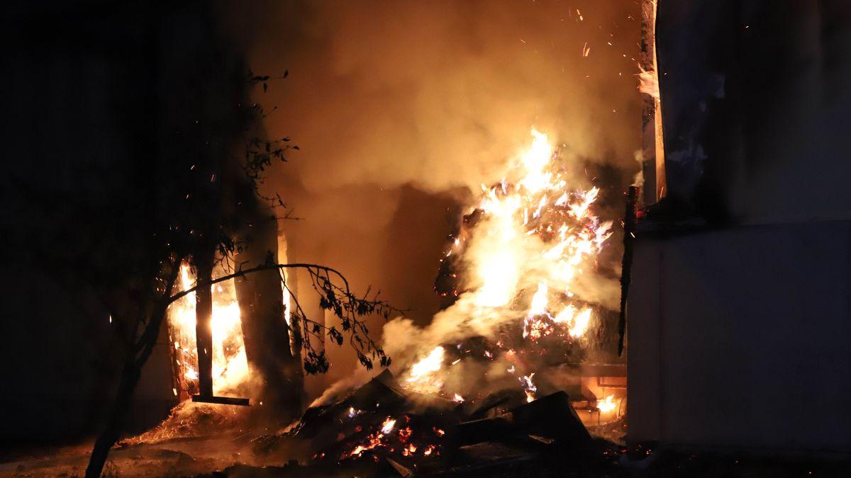 Flammen schlagen aus einer Scheune.