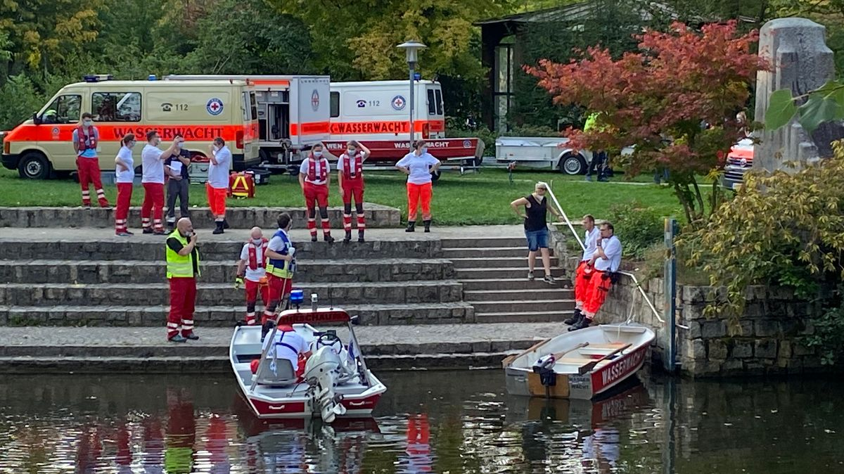 Rettungskräfte suchen am Flutkanal in Weiden nach dem vermissten 22-Jährigen. Wenig später wird seine Leiche geborgen.