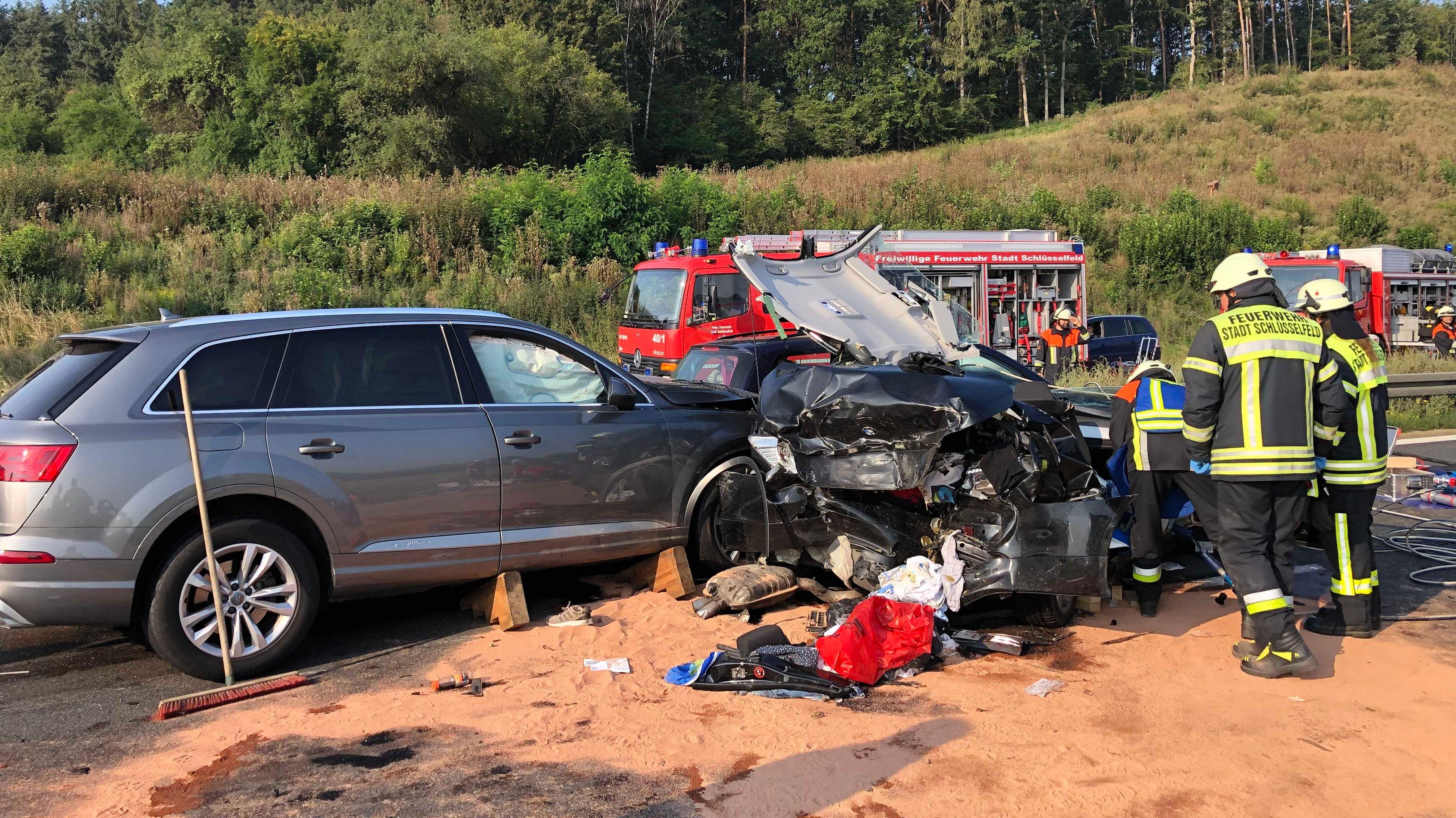 Drei Unfallfahrzeuge stehen zerstört auf der A3