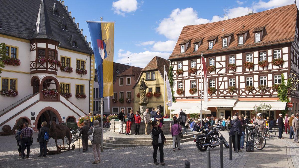 Sehr beliebt bei Touristen ist Volkach an der Mainschleife.