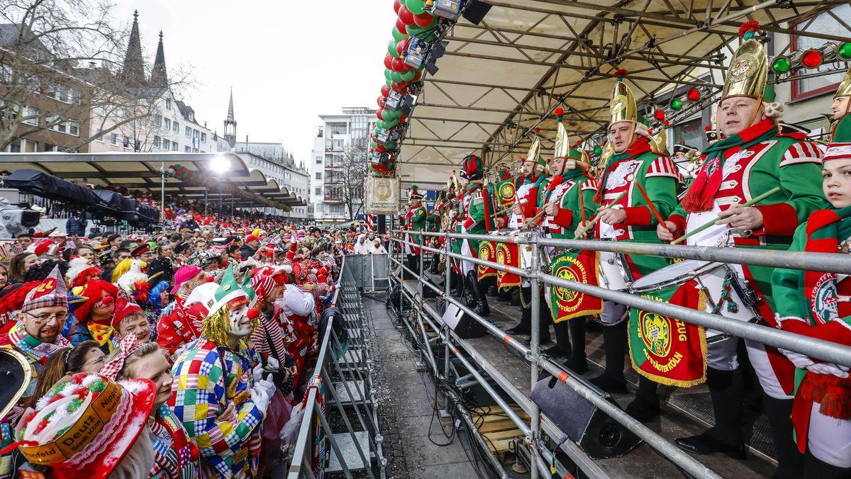 Bunt kostümierte Karnevalisten feiern Karneval in Köln wird es in der kommenden Karnevalssaison nicht geben.