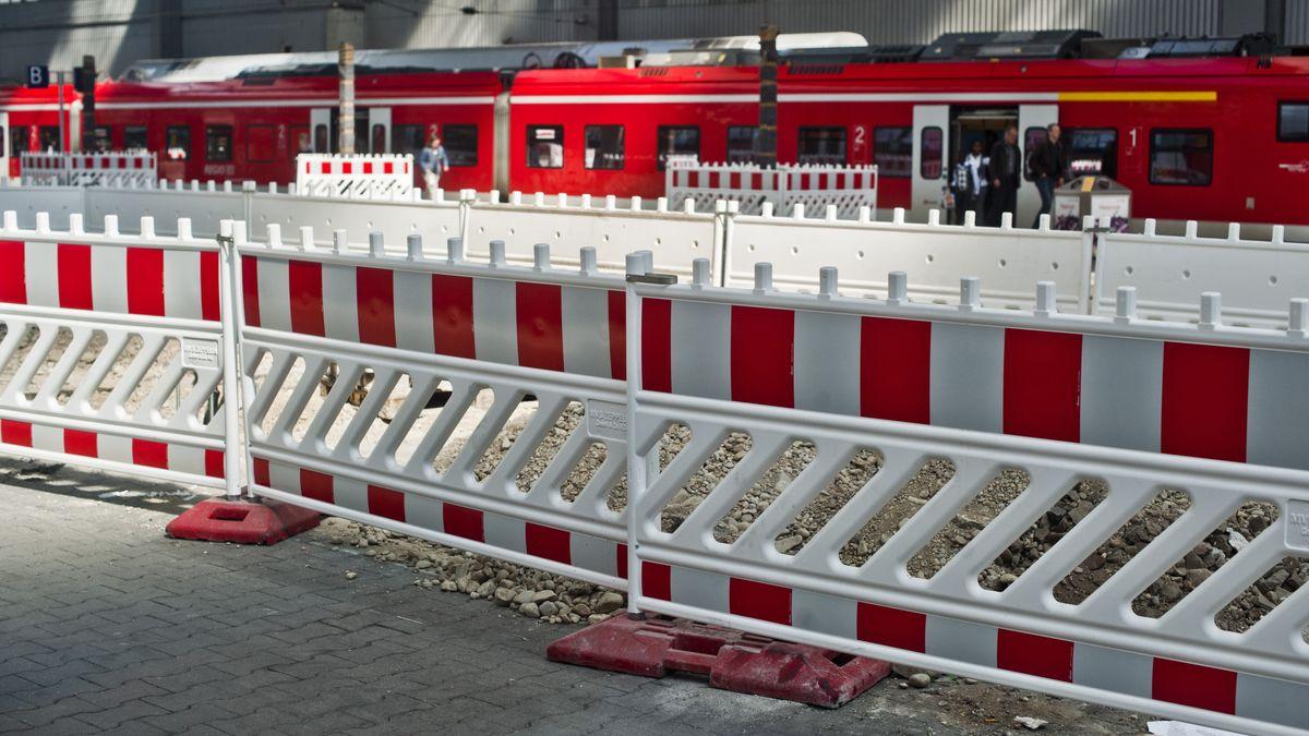 Bauzaun und S-Bahn am Hauptbahnhof München.