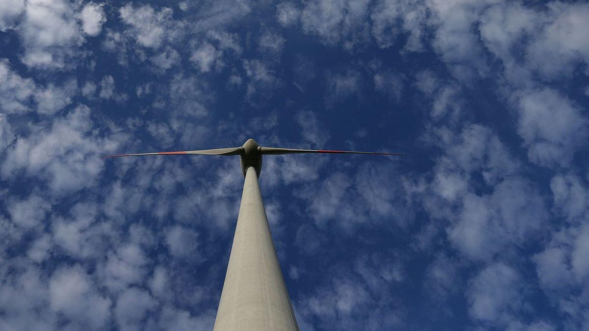 Ein Windrad vor blauem Himmel