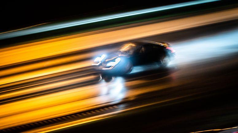 Ein Fahrzeug rast über eine Straße (Symbolbild) | Bild:picture alliance/dpa | Frank Rumpenhorst