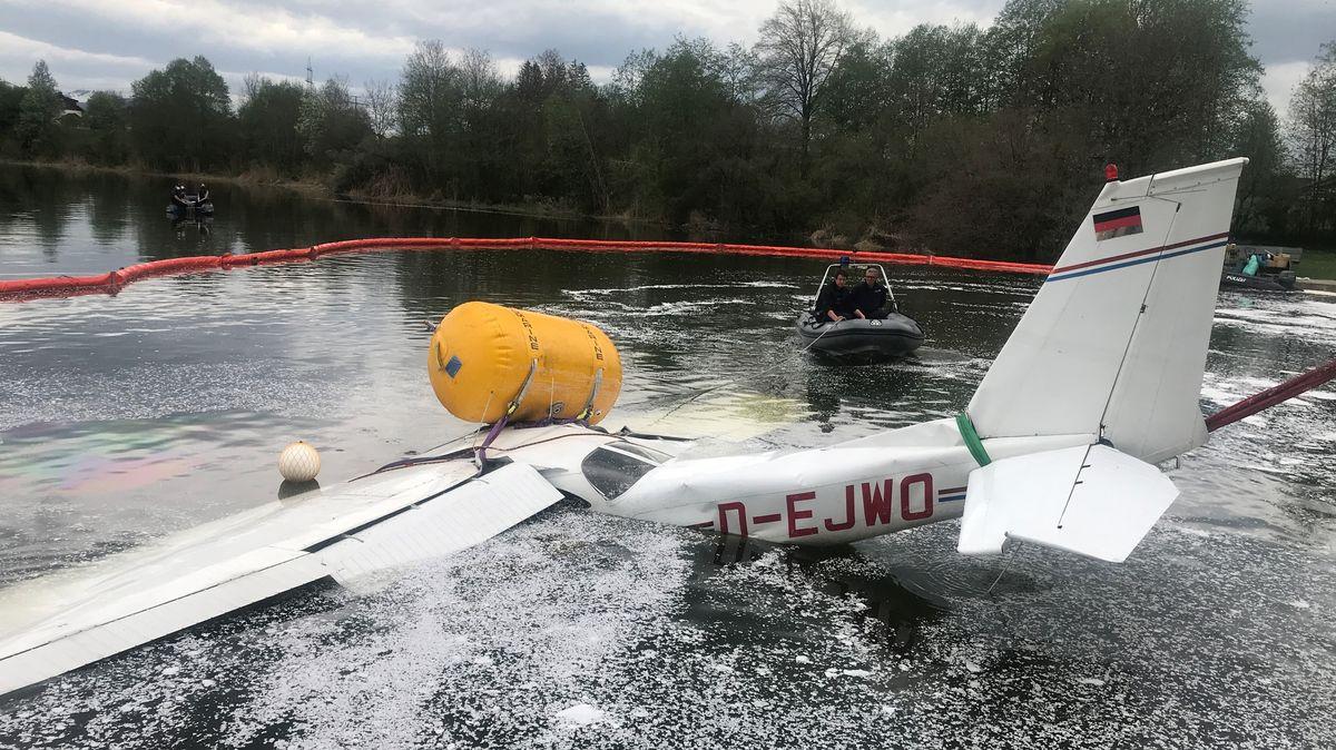 Gesunkenes Flugzeug wird aus dem Öschlesee geborgen