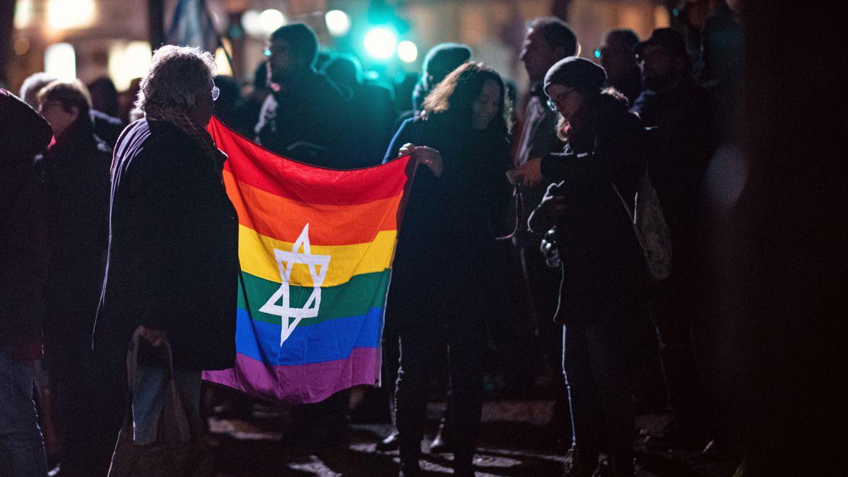 Teilnehmer der Gedenkkundgebung der Berliner Vereinigung der Verfolgten des Naziregimes stehen am 9.11.2019 am Mahnmal Levetzowstraße und gedenken der Novemberpogrome von 1938.
