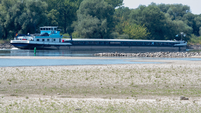 Schiff bei Niedrigwasser auf der Donau