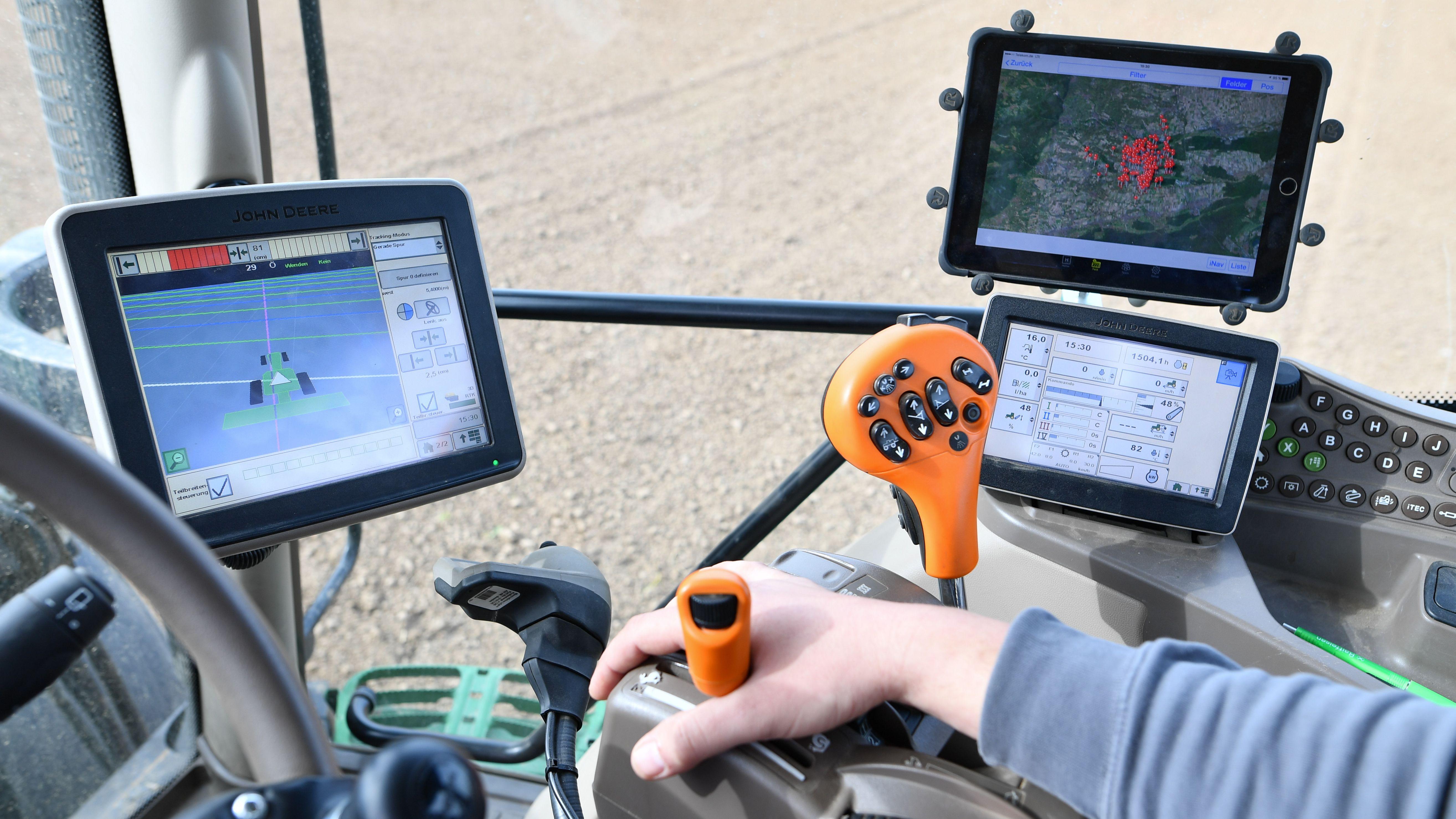 Traktor, der mit GPS gesteuert wird
