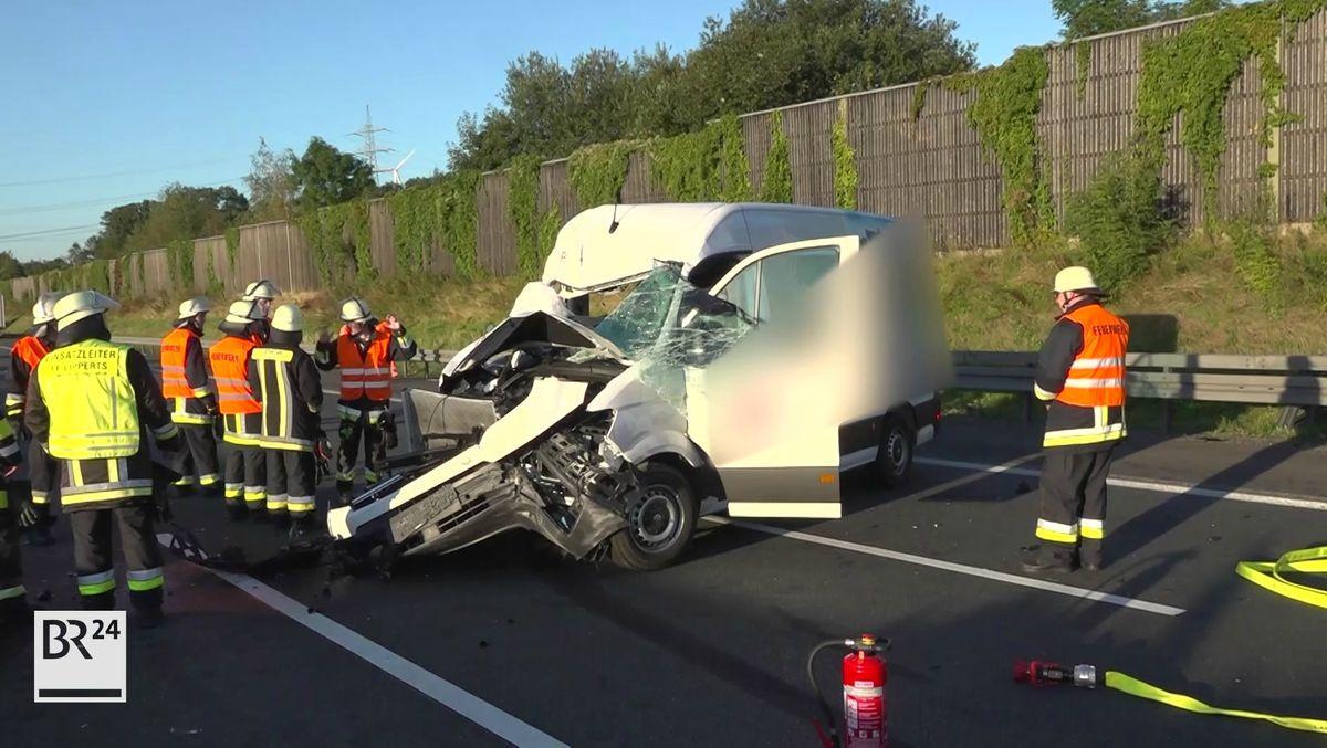 Einsatzkräfte räumen die Unfallstelle auf der A9 bei Münchberg.