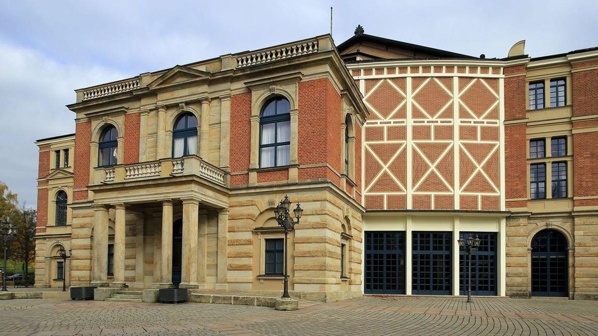 Das Bayreuther Festspielhaus mit seiner roten Backstein- und Sandsteinfassade.